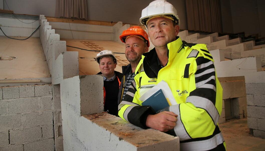 Gjenbruk av betong blir nå et stort forskningsprosjekt som involverer forskere og næringsliv. Daglig leder Harald Østbø (helt til venstre) og salgssjef Sture Wilmann (foran til høyre) i Iris Produksjon blir aktivt med i prosjektet. Bildet er tatt under rivning i Aspåsen skole i Bodø. (Foto: Iris Salten)