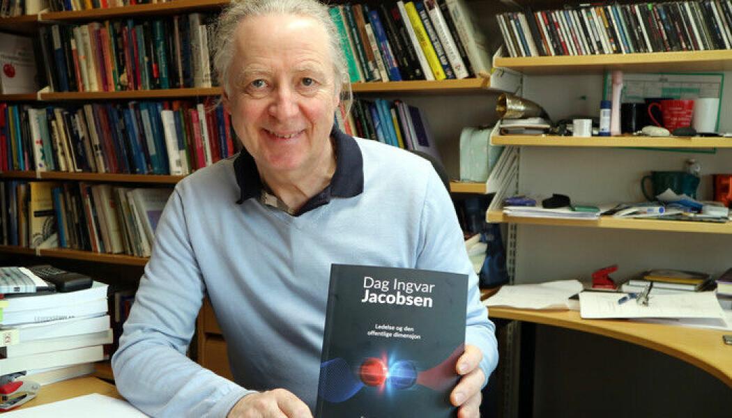 Dag Ingvar Jacobsen har nylig gitt ut boka «Ledelse og den offentlige dimensjon». (Foto: UiA)