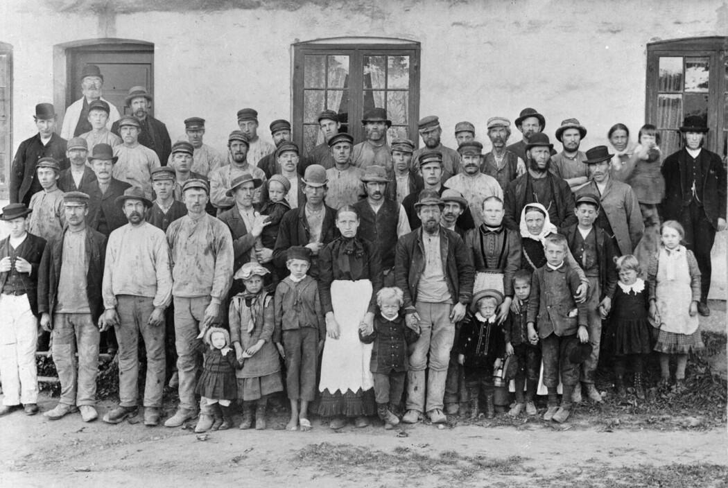 Arbeidere på Svendengen teglverk rundt 1890, i perioden da fagorganisering begynte å bli vanlig i mange bransjer. (Foto: ukjent, Oslo Museum)