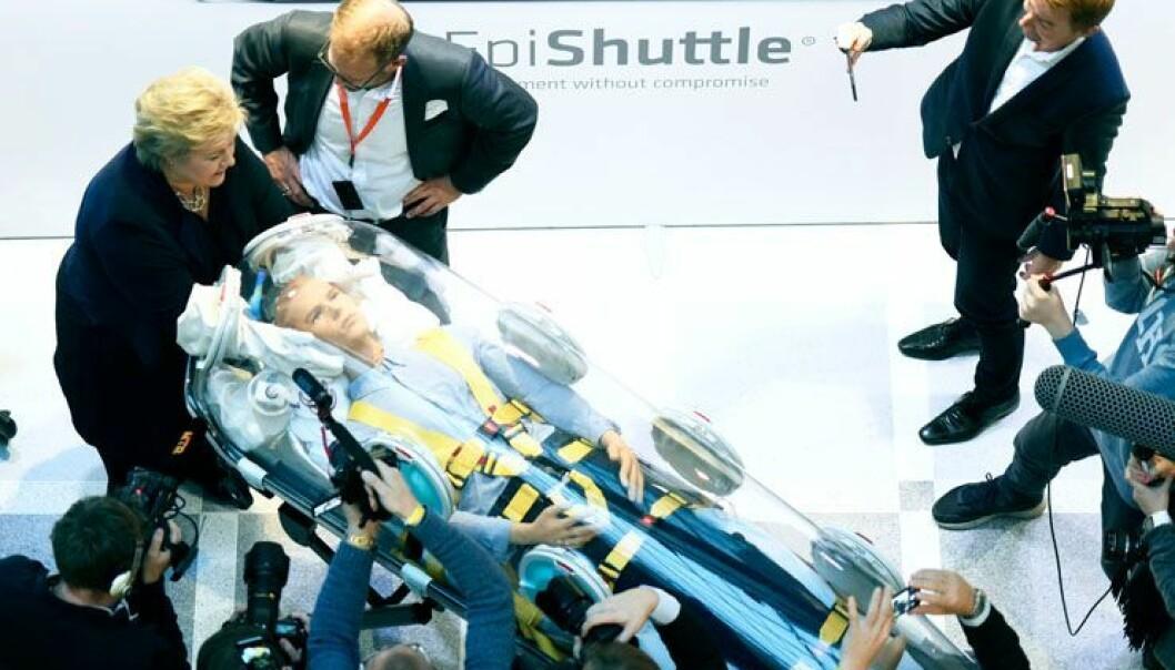 Statsminister Erna Solberg fekk demonstrert ein ny måte å frakta svært smittefarlege pasientar på etter at ho hadde opna Cutting Edge-festivalen i Forskingsparken. (Foto: Ola Sæther)