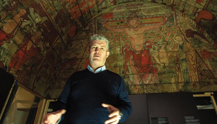 – Ål-taket er i dag det best bevarte i sin stil. Gjennom 23 tablåer vises bibelfortellinger fra både Det gamle og Det nye testamentet, forteller Svein Harald Gullbekk. (Foto: Yngve Vogt)