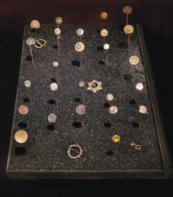 Ved å studere myntfunn fra gamle stavkirker har Svein Harald Gullbekk kartlagt hvordan kirken var en av de viktigste drivkreftene for å alminneliggjøre penger. (Foto: Ellen C. Holte/KHM)