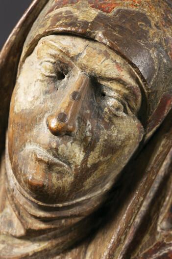 For at kirkegjengerne ikke lenger skulle tilbe St. Anna etter reformasjonen, ble nesene på figuren hogget av. Det kan ha skjedd så sent som på 1700-tallet. Nesene ble reparert, sannsynligvis på 1800-tallet, for at skulpturen kunne selges på auksjon. (Foto: Ellen C. Holte/KHM)