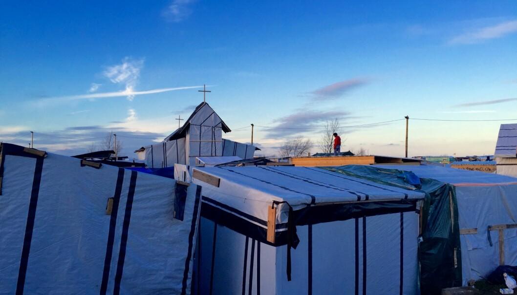 I flyktningeleiren utenfor Calais i Frankrike satte migrantene opp en kirke av presenninger. Kirken ble kalt St. Mikaelskirken, og var også kjent som den eritreiske eller etiopiske kirken. Dette var en av flere provisoriske kirker i leiren. (Foto: Liam-stoopdice / Wikimedia commons CC BY SA 4.0)