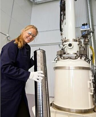 Forsker Birgit Ryningen viser fram en blokk av silisium som snart skal deles opp i skiver som blir waferne – selve strømfabrikken i en solcelle. (Foto: Sintef)