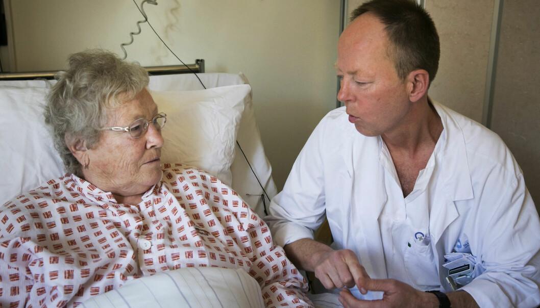 Små nyanser og kroppsspråk kan ofte bety mye når lege og pasient snakker sammen. Hvis pasienten skal få være med og velge behandling, er det viktig at legen legger fram alternativene uten å antyde hva de mener er best, ifølge norsk språkforsker. (Foto: Jan Petter Lynau/VG)