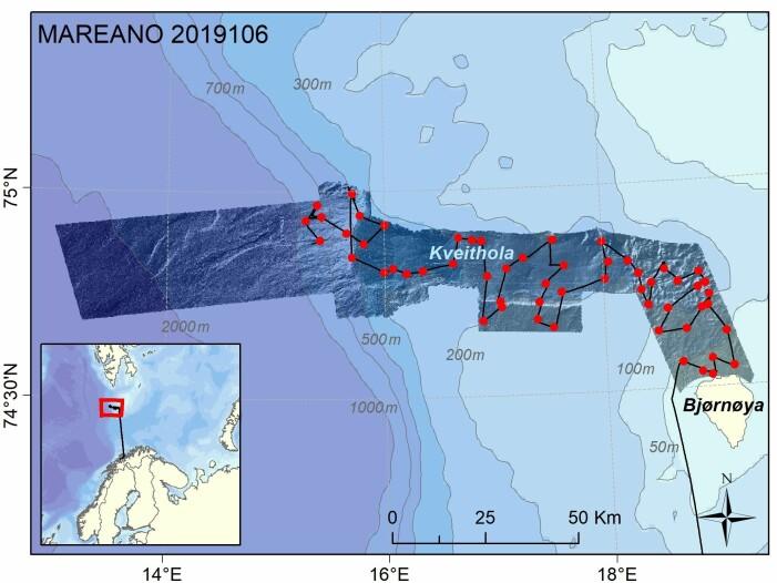 Vi er om lag halvveis i datainnsamlingen vest for Bjørnøya (status lørdag kveld er at vi er ferdig med de røde stasjonene). Den dypeste halvdelen av området tar lengst tid å kartlegge. Helt i vest er dybden over 2000 meter, og det tar opp mot 1 timer time å fire ned videoriggen og annet innsamlingsutstyr. Dybdedata er vist som skyggerelieff i området dekket av multistråleekkolodd; data fra MAREANO og Universitet i Tromsø.