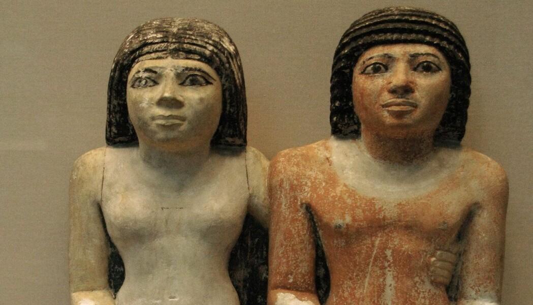 Kongelige kvinner i Det gamle riket i Egypt var med på å bestemme politiske beslutninger, bygge allianser og utvide eller forsvare territorium. Her ser du en statue av den kongelige Kaitep (til høyre) og hans kone Hetepheres. (Foto: Prisma, NTB scanpix)