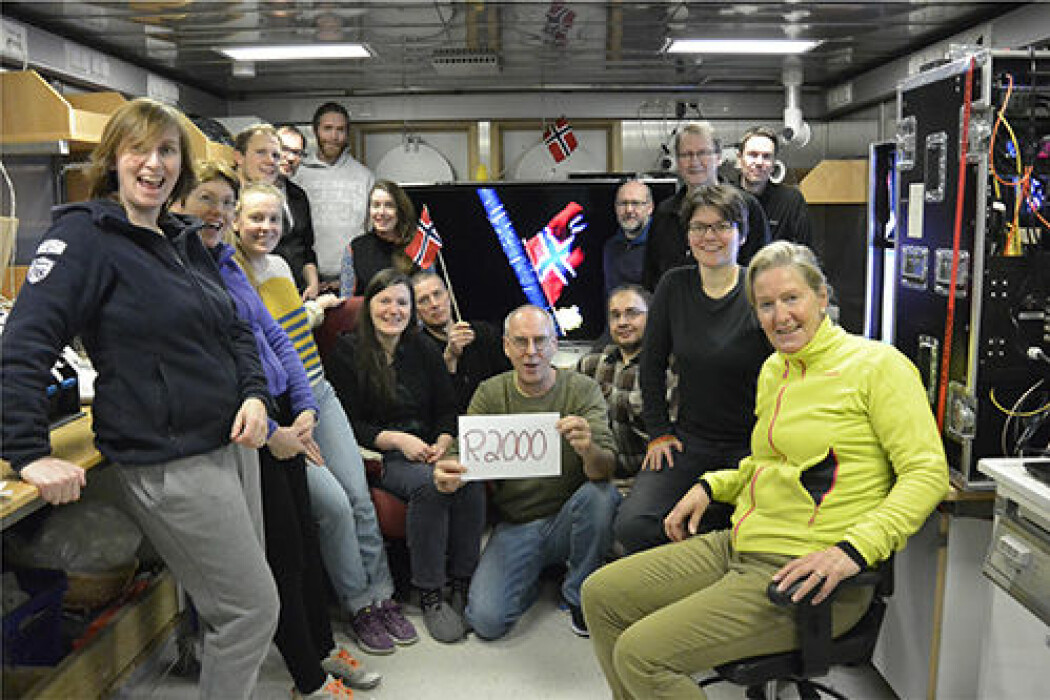 Videofilming på MAREANO-stasjon nr. 2000 ble behørig markert med flagg og påskekylling på videoriggen, som leverte oss direkteoverført film på skjermen i bakgrunnen fra rundt 2000 m dyp. Forskere og teknikere fra NGU og HI samlet i videorommet på G.O. Sars.