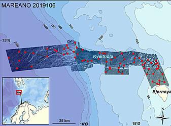 Kartet over stasjoner (røde punkt) besøkt for prøvetaking og videofilming av havbunnen, samt seilingslinjer (svarte streker) der det er samlet data med sedimentekkolodd mellom stasjonene. Skyggerelieffkartet i bakgrunnen viser hvor vi har tilgang til detaljerte dybdedata fra MAREANO og Universitetet i Tromsø. Dybdekonturene er i meter.