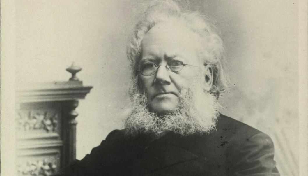 Henrik Ibsen spilte en sentral rolle i markedsføringen av seg selv. Han ville ha full kontroll over forleggere og oversettere, ifølge forskere som ser på lanseringene av stykkene hans. (Foto: Julius Cornelius Schaarwächter/Nasjonalbibliotektet)