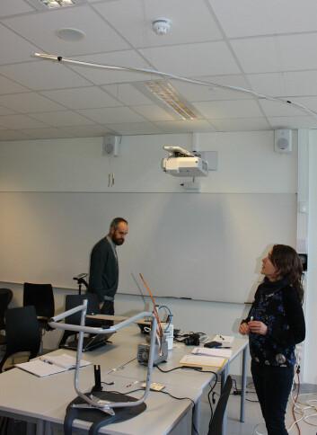 Matthias og Susana inne i rommet: Matthias Vogt og Susana Lopez-Aparicio tar aldehydprøver inne i klasserommet etter at studentene har gått til pause. (Foto: NILU)