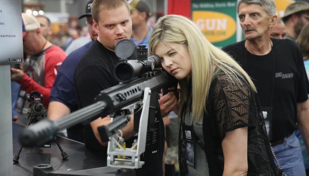 Besøkende vurderer våpen på det årlige møtet til våpenorganisasjonen National Rifle Association i mai i år. Beregninger tyder på at 70 millioner våpen skiftet hender i USA i løpet av de siste fem årene. (Foto: Scott Olson, AFP/NTB scanpix)