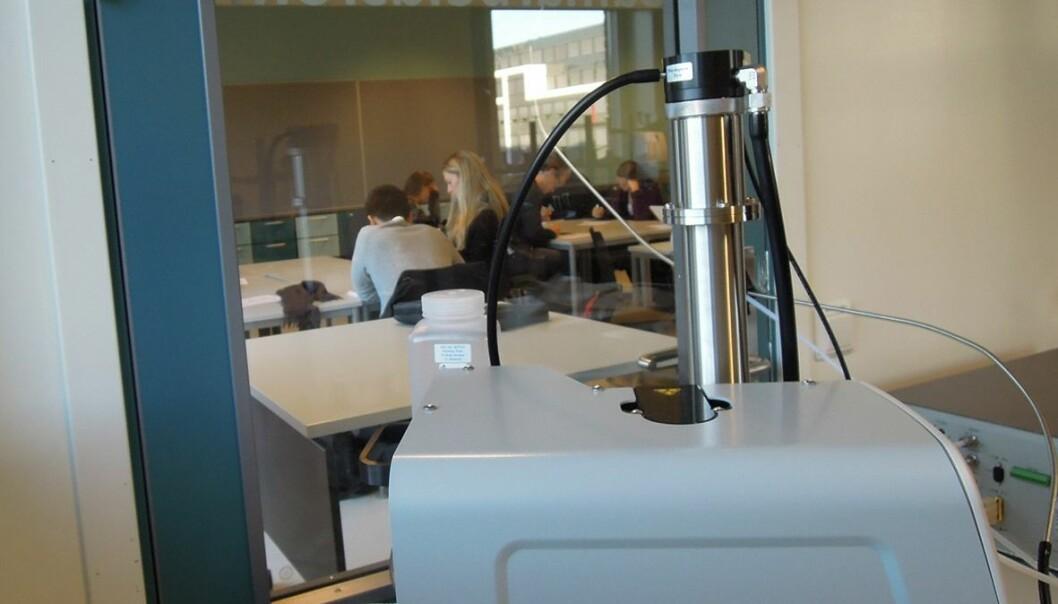 Fra grupperommet der luftforskerne har alle instrumentene sine, kan de se inn på de frivillige studentene som deltar i BEST VENT-prosjektet. Mens studentene jobber, måles blant annet partiklene i lufta ved hjelp av et spektrometer. ( Foto: NILU)