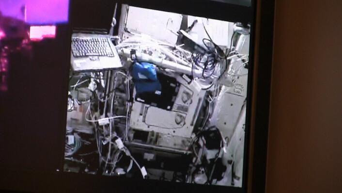 Sånn ser modulen ut oppe på Den internasjonale romstasjonen. Bildet er litt dårlig siden dette er en direkteoverføring fra romstasjonen. Datamaskinen til venstre skulle brukes for å åpne dørene du kan se midt i bildet. (Foto: NASA/Lasse Biørnstad/forskning.no)