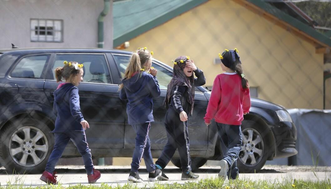 En gruppe barn i Kosovo som er blitt hentet hjem fra tidligere IS-kontrollerte områder i Syria. Myndighetene i Kosovo hentet hjem 110 statsborgere i påsken. De bor i en egen leir som tidligere er brukt til flyktninger. (Foto: AP, NTB scanpix)