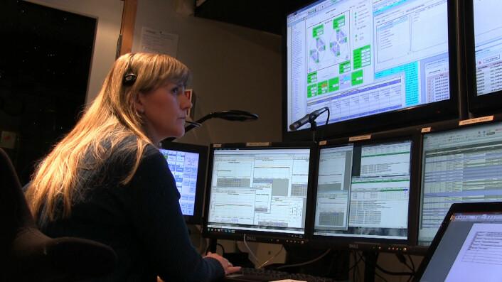 Mona Schiefloe sitter bak konsollen i kontrollrommet på CIRIS i Trondheim. (Foto: Lasse Biørnstad/forskning.no)