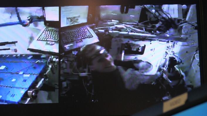Her får Kathleen Rubins opp døren. Både hun og alle andre i kontrollrommet blir svært fornøyde med det. (Foto: NASA/Lasse Biørnstad/forskning.no)