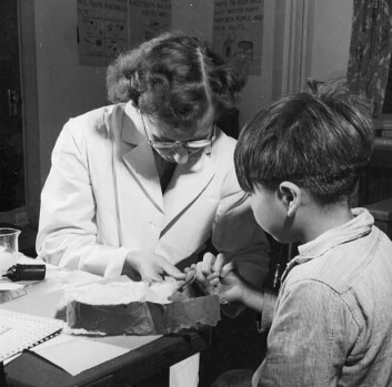 En elev ved Alberni School i British Columbia blir undersøkt som del av ernæringsstudiene. (Foto: National Film Board of Canada)