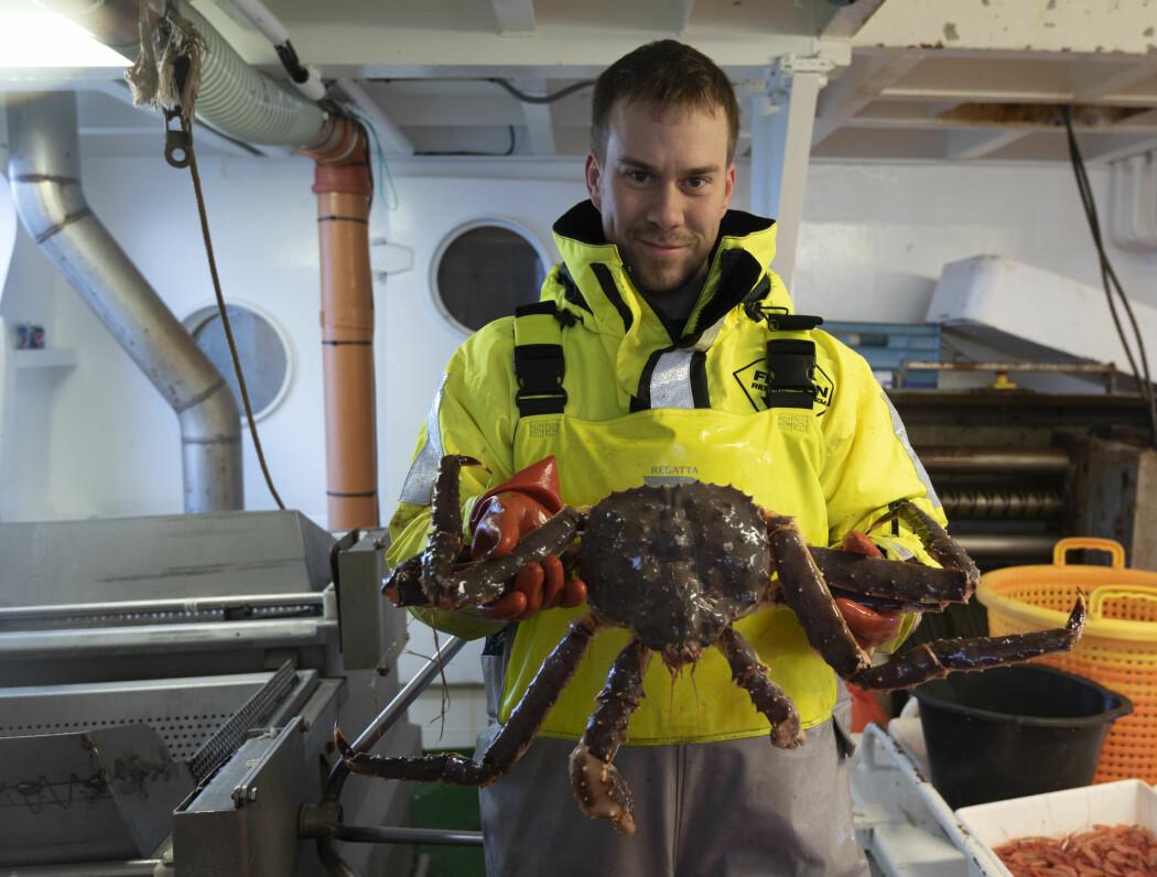 Fabian Zimmermann med ei av de få kongekrabbene som har blitt tatt under toktet på Porsangen (Foto: Gunnar Sætra / Havforskningsinstituttet)