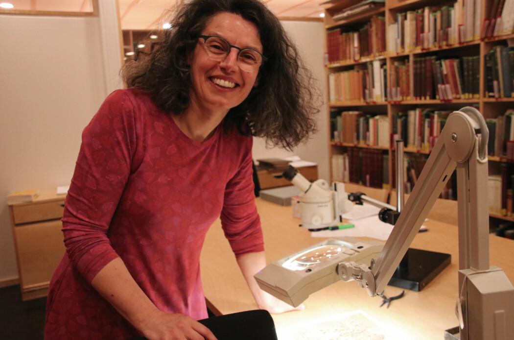 Anastasia Maravela med det omtalte anbefalingsbrevet i det spesiallagde rommet på biblioteket ved UiO. (foto: Lasse Biørnstad/forskning.no)