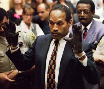 O.J. Simpson med hansken – et av de sentrale bevisene i saken. Politiets behandling og oppbevaring av bevis fikk stor betydning i rettsaken. (Foto: Reuters, Sam Mircovich, Files, NTB scanpix)