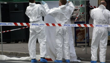 Selv om DNA-testingen er mer nøyaktig enn før, kan ikke politiet vite sikkert om det biologiske sporet havnet på åstedet mens forbrytelsen skjedde. Bildet viser politiets åstedsgranskere som sikrer åstedet etter et drap på Tonsenhagen i Oslo i 2003. (Foto: Morten Holm, NTB scanpix)