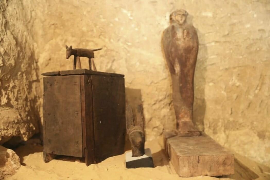 I gravkammeret fant arkeologene blant annet statuer av tre. (Foto: AP / NTB scanpix)