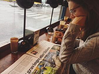 Kowsz leser lokalnyhetene under et besøk til Nord-Norge for noen uker i sommeren 2017.