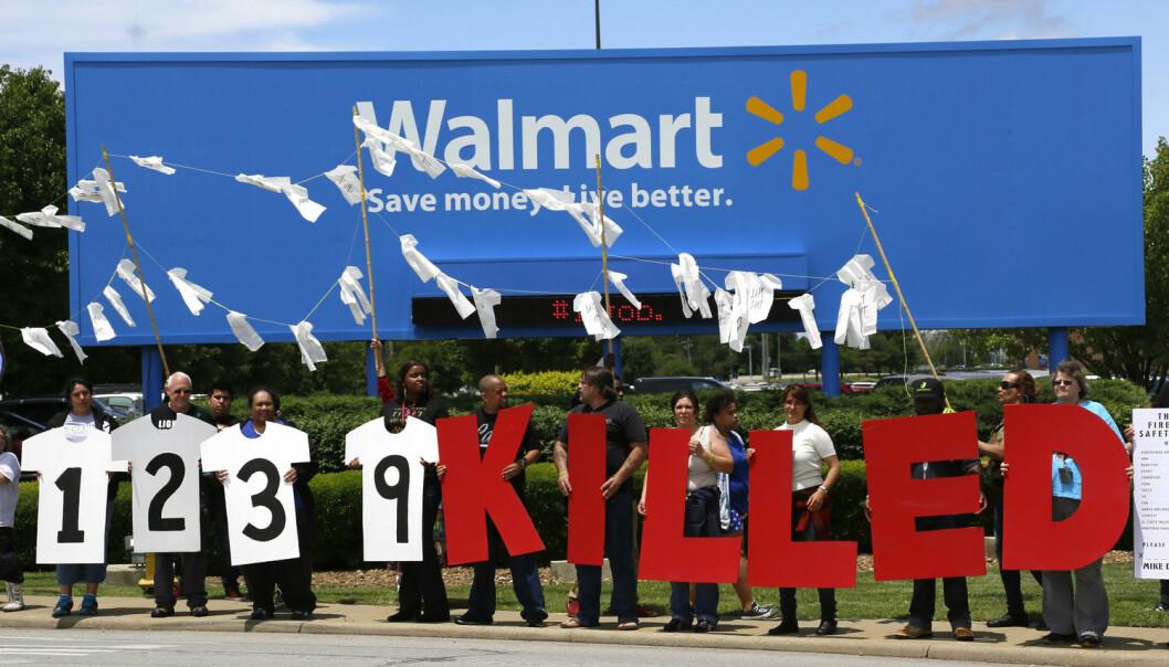 Da klesfabrikken Rana Plaza i Bangladesh kollapset i 2013, døde mer enn 1100 og over 2000 ble skadet. Flere internasjonale merker produserte klær i fabrikken, deriblant Walmart. Bildet ovenfor er tatt fra en demonstrasjon utenfor Walmarts hovedkvarter i Bentonville i Arkansas, 5. juni 2013.  (Foto: Reuters / Rick Wilking)
