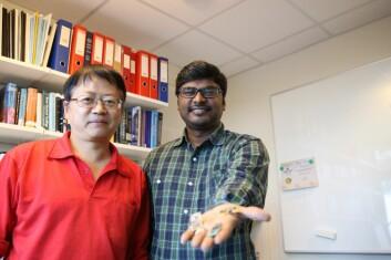 Professor Frank Li (t.v.) var veilederen til stipendiat Lakshmikant Guntupalli under arbeidet med å analysere mer effektive metoder for trådløs kommunikasjon og dataoverføring blant mikroprosessorer. (Foto: Atle Christiansen)