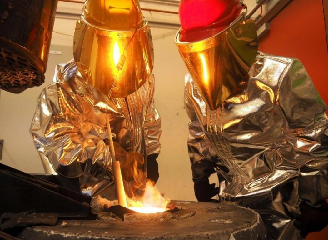 Forskere varmer opp blandinger med silisium i en beholder som kan varmes opp og kjøles ned – og likevel holde på mye energi. (Foto: Per Henning, NTNU)
