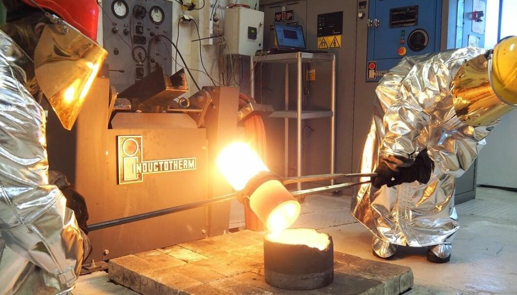 Forskere utforsker metallblandinger i en beholder som holder minst 1400 grader. (Foto: Per Henning, NTNU)