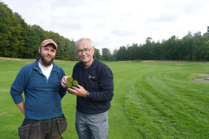 Agnar Kvalbein fra NIBIO Turfgrass Research Group gir råd til greenkeeper Anders Erichsen fra Evje Golfpark (Foto: Siri Elise Dybdal)