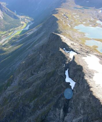 Sirkelen viser området der det gikk et lite ras på Veslemannen i august 2016. (Foto: NVE)