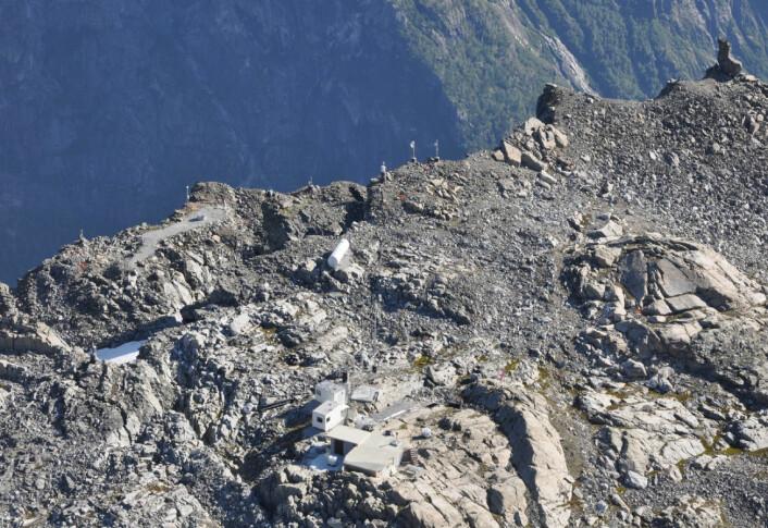 Utstyr fra Norges vassdrags- og energidirektorat (NVE) overvåker fjellet Mannen i Romsdal. (Foto: NVE)