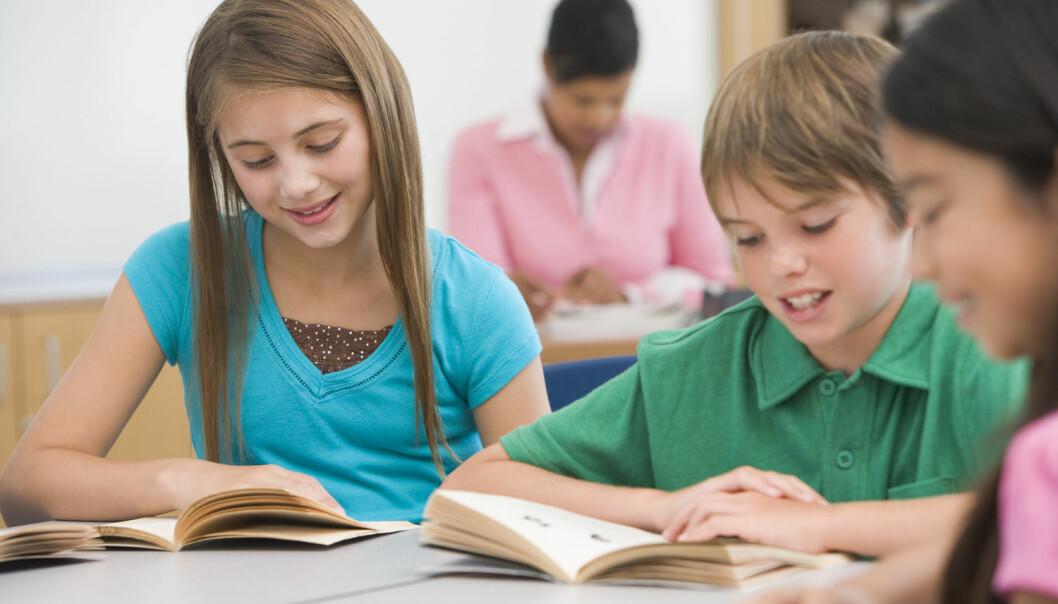 Ser du at barnet lever seg inn i boka, smiler og kanskje til og med ler høyt når noe er morsomt, vet du at barnet forstår hva det leser.  Det er viktig å sjekke alle barns leseutvikling regelmessig gjennom skoleåret i hele barnetrinnet. (Foto: Shutterstock / NTB scanpix)