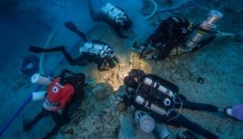 Dykkere undersøker skjelettet som ble funnet på skipsvraket ved den greske øya Antikythera. (Foto: Brett Seymour, EUA/WHOI/ARGO)