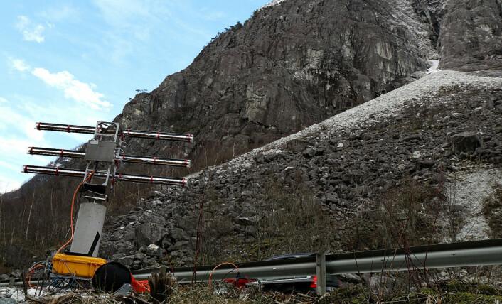 Radaren til Norges Geotekniske Institutt sveiper over en rasfarlig fjellside ved E16. Den kan oppdage bevegelser i fjellet ned mot en millimeter. (Foto: Norges Geotekniske Institutt, NGI)