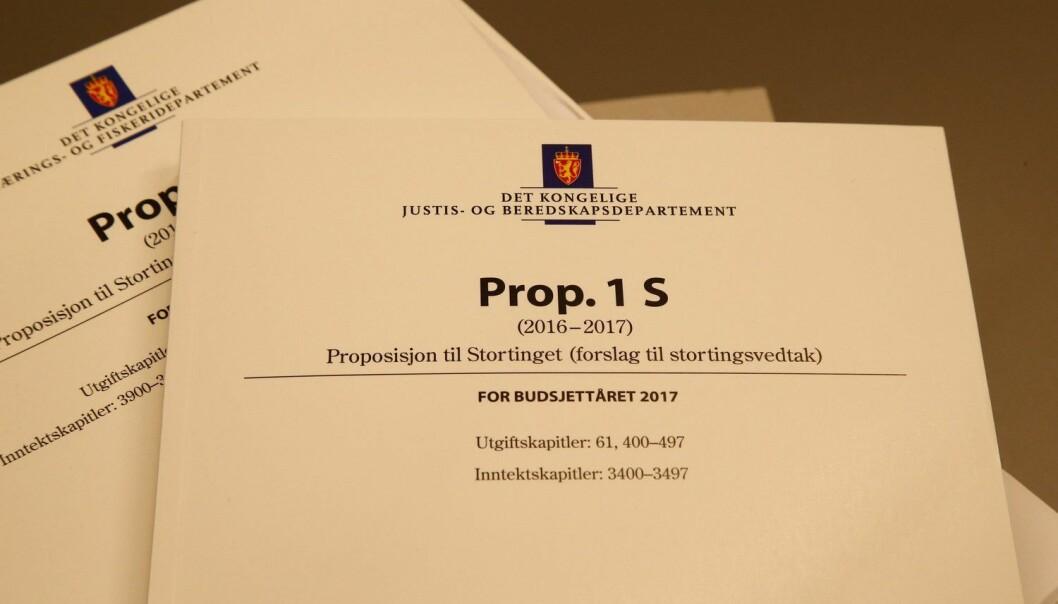 Regjeringens forslag til statsbudjett er på 243 sider. I tillegg kommer nasjonalbudsjettet på 187 sider og et dokument med oversikt over alle skatter og avgifter som er på 354 sider. (Foto: Heiko Junge, NTB scanpix)