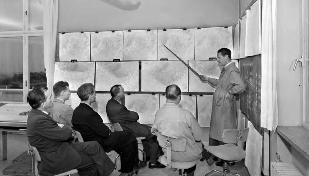 Meteorologisk institutt vart grunnlagd i 1866. Frå 1949 blei det halde kartkollokviar to gongar i veka. Ein gjekk særleg gjennom langtidsvarsla og evaluerte korleis varsla hadde stemt med det faktiske vêret. (Foto: Leif Ørnelund. Bildet tilhøyrer Oslo Museum, Byhistorisksamling/CC BY-SA 3.0 NO)