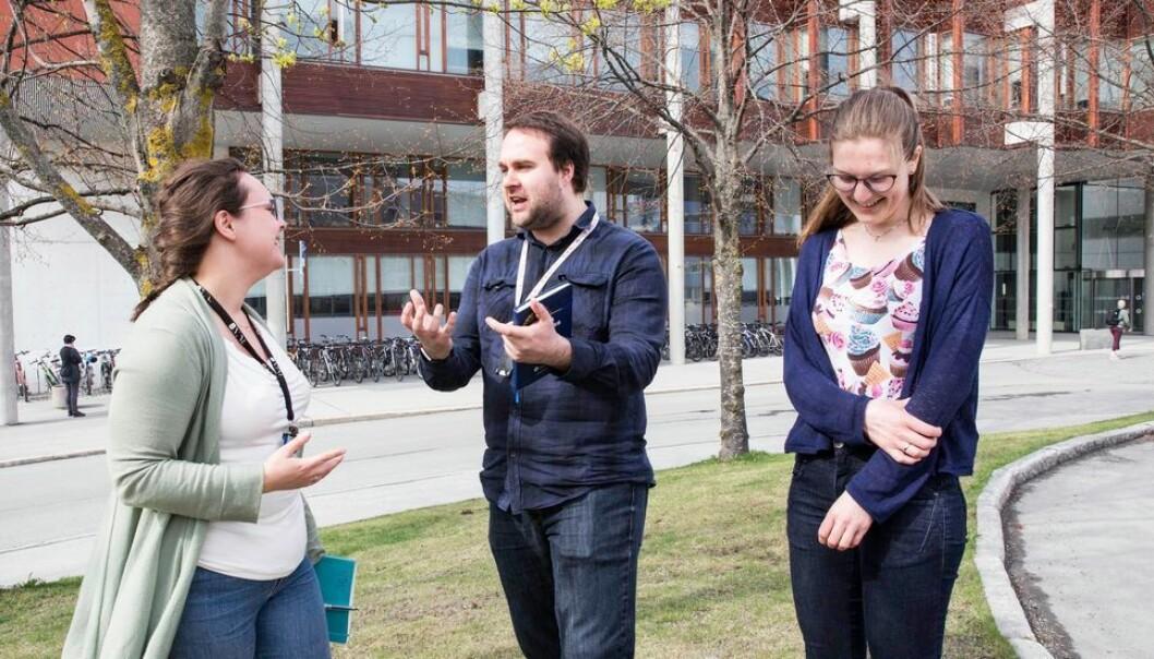 Doktorgradsstudentene Sigrid Rønneberg, David Collins og Merete Falch Erichsen er enige om at veilederen er viktig for hvor bra det går med doktorgradsoppgaven. (Foto: Mari Rian Hanger)