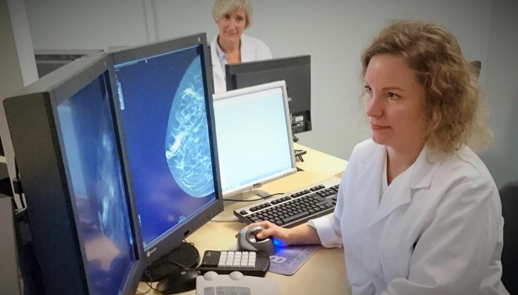 Bildet viser radiologene Hildegunn Aase (bak) og Cecilia Sandvik ved Haukeland universitetssykehus i Bergen som tyder bilder fra 3D-mammografi. (Foto: Haukeland universitetssykehus).