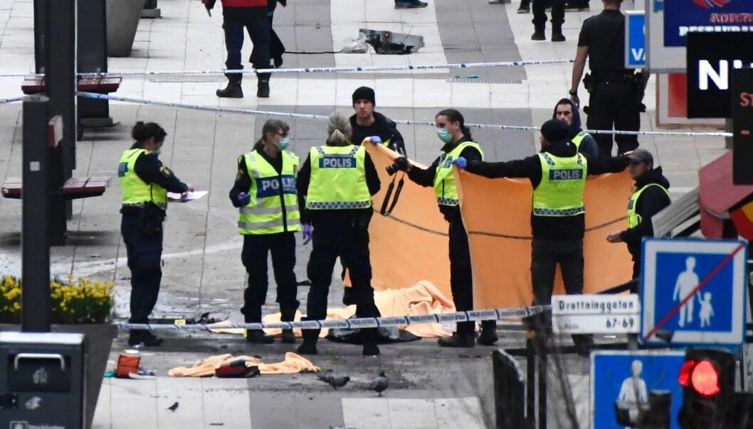 I finværet litt for klokka 15.00 en fredag ettermiddag kjører terroristen en lastebil inn i gågata Drottninggatan i Stockholm sentrum. Fem mennesker blir drept. Det kunne ha gått mye verre. (Foto: Jonathan Nackstrand/AFP/Scanpix)