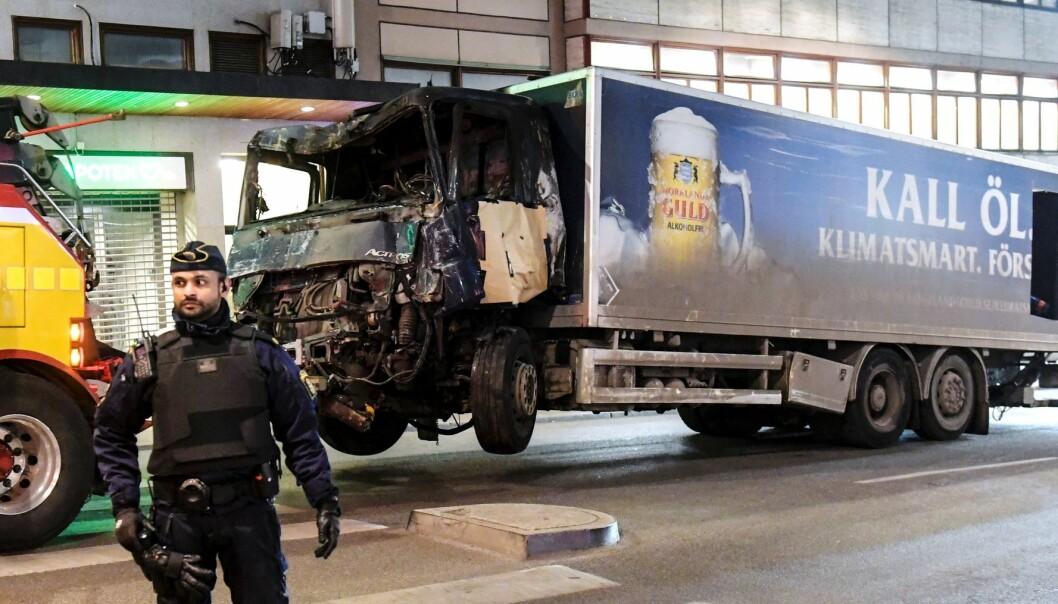 Lastebilen som terroristen kapret begynte å brenne da han ikke klarte å utløse en selvmordsbombe. (Foto: Maja Suslin/Sweden Out/NTB scanpix)