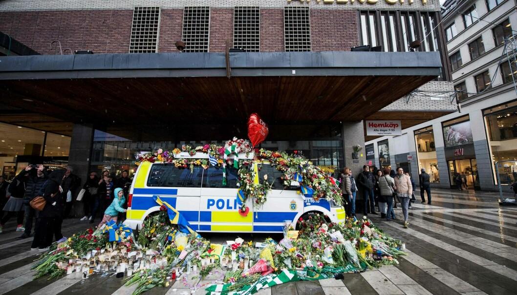 Politiet plasserte flere kjøretøyer i området for terrorangrepet. Disse ble raskt dekket av et blomsterhav. For ikke å såre de sørgendes følelser, måtte politiet la disse kjøretøyene bli stående. Men slik ble det flere biler som ikke kunne brukes av politiet like etter terroren. Også en lærdom etter terrorangrepet. (Foto: Jonathan Nackstrand/AFP/Scanpix)