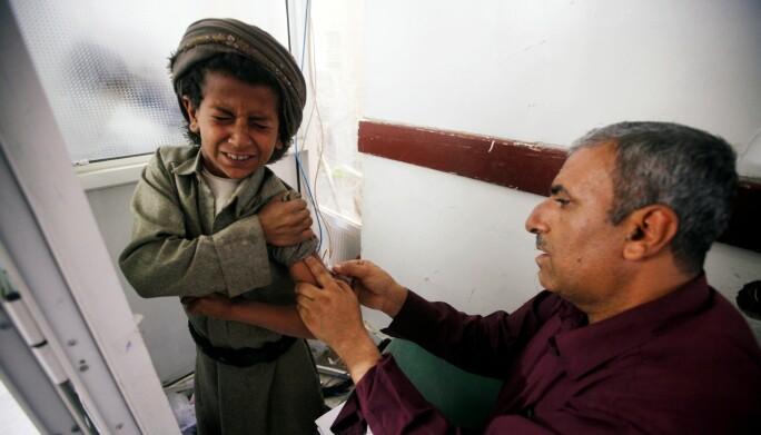 En liten gutt får behandling ved en rabiesklinikk i Yemen. Bildet ble tatt i 2. mars i år. (Foto: REUTERS/Mohamed al-Sayaghi / NTB scanpix)