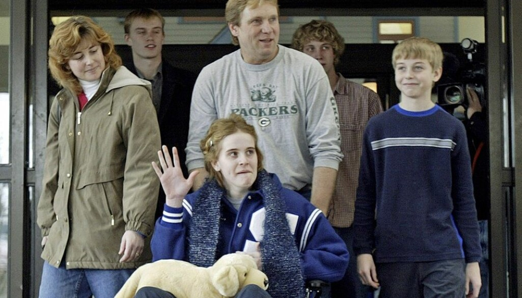 15 år gamle Jeanne Giese kan dra hjem fra sykehuset i Wisconsin januar 2005. Foto: (AP Photo/Morry Gash/NTB scanpix)