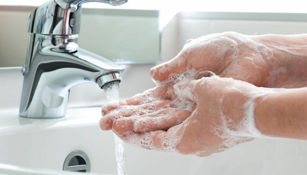 Vasker du hendene i kaldt eller varmt vann? Og har du noensinne undret deg over hva som virker best mot bakterier? (Illustrasjonsfoto: Alexander Raths / Shutterstock / NTB scanpix)