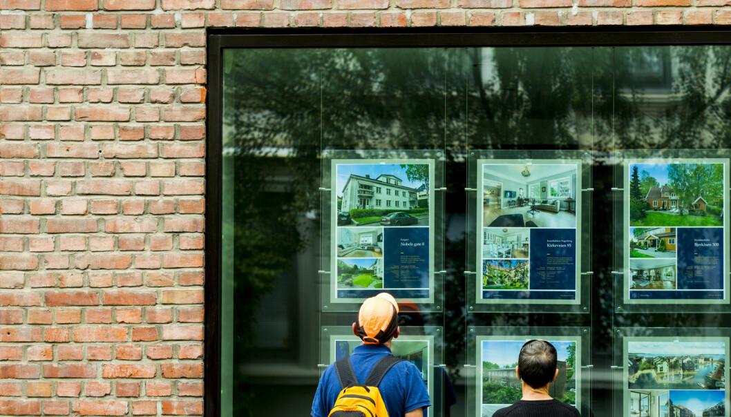 Mange kan gå hardere tider i møte dersom verdien på boligen deres faller. Forskere mener en forsikring mot et slikt verdifall kan være en god løsning for nervøse kjøpere.  (Foto: Vegard Wivestad Grøtt / NTB scanpix)